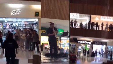 """Photo of Musicos interpretan el tema del """"Titanic"""" mientras se inunda plaza comercial"""