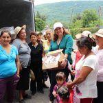 Entrega Larisa Solórzano leche y despensas a familias neopoblanas