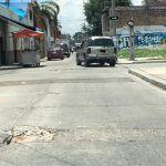 Baches, coladeras y banquetas rotas en calle Higuera