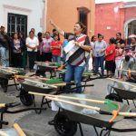 Entrega alcaldesa más carretillas e insumos a las familias de Pueblo Nuevo