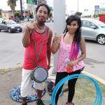 Deslumbran con danza callejera de hula hoop y percusión