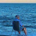 ¿Por qué se hace viral una fotografía de un anciano frente al mar?