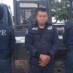 Detienen a policía municipal con droga y arma ilegal
