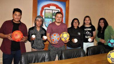 Photo of Apoya Larisa Solórzano a estudiantes de Yóstiro con materiales deportivos