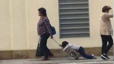Photo of La escena viral de una mujer arrastrando a un niño para llevarlo al colegio