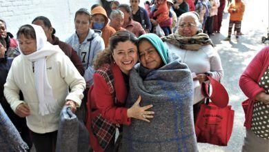 Photo of Entrega Larisa Solórzano cobijas a familias de yóstiro