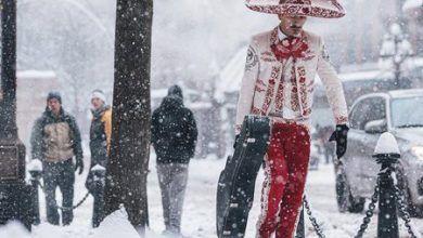 Photo of Mariachi caminando entre la nieve se vuelve viral